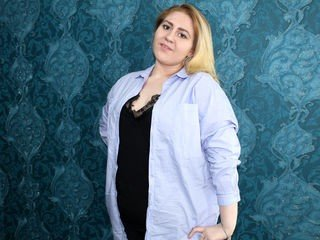 mabelcurvy smoking cam girl waiting for role-playing games online