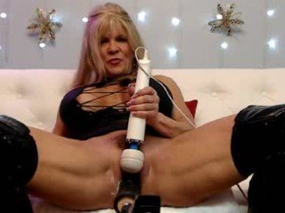 musclemama4u cam girl pleasing her tight asshole and pussy with a sex toy