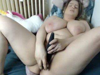 scrumptious BBW cam girl loves dominated his boyfriend online