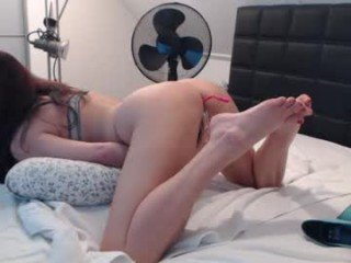 passiekoppel spanish cam girl pleasing her tight pussy with a favorite sex toy online
