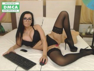mazeekin30 european cam babe offers her shaved pussy for live sex experiments online